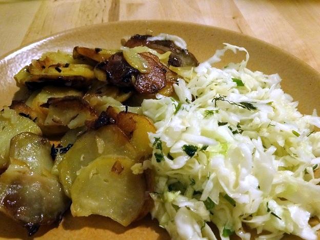 Cuisine moldave salade de chou et patates sautées